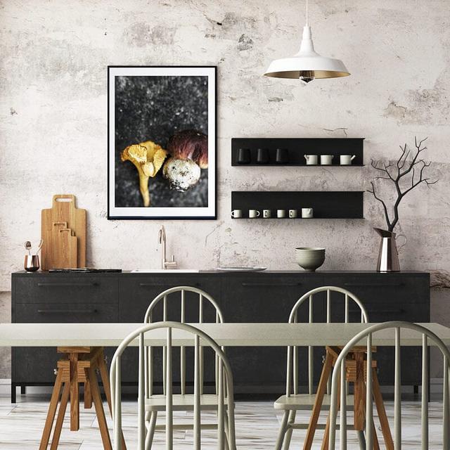 Fotokunst plakat af Svampe hængende i køkkenet i sort træramme i massiv træ fra Incado Nordic Line inklusiv passepartout