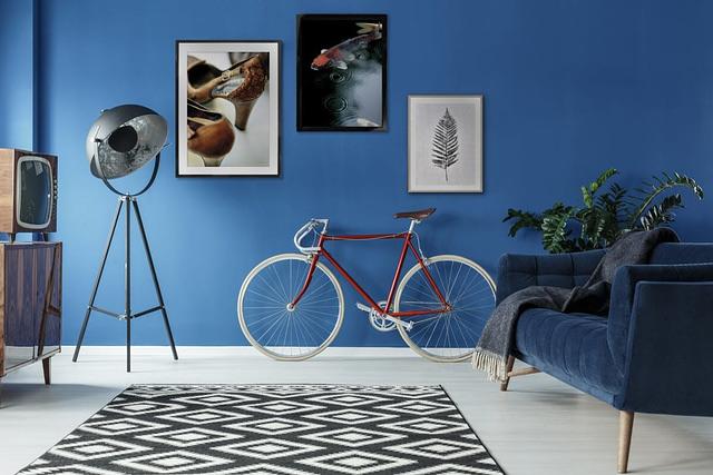 Interiør af fotokunst plakater i stue